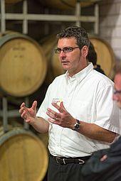 Stefan Hitziger bei der Führung durchs Weingut